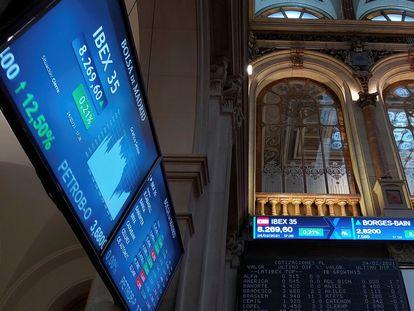 Un panel muestra la evolución del Ibex 35, la semana pasada en la Bolsa de Madrid.