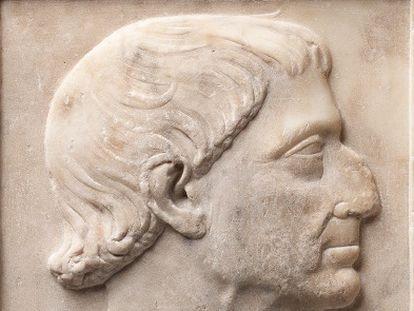 Detalle del rostro del bajorrelieve de Alfonso el Magnánimo comprado por la Generalitat para el MNAC por 150.000 euros.