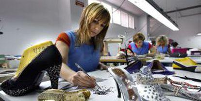 Mujeres trabajadoras en la empresa de calzado Magrit, en Elda-Monovar (Alicante).