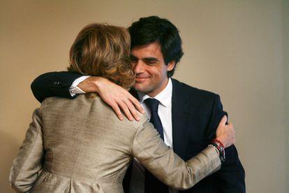 La presidenta de la Comunidad de Madrid, Esperanza Aguirre, y Juan José Güemes, se abrazan en la comparencencia en la que este último ha anunciado que abandona la política.