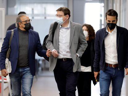 En la imagen, el presidente de la Generalitat y secretario general del PSPV-PSOE, Ximo Puig, con el portavoz parlamentario, Manolo Mata (izda), y el secretario de Organización, José Muñoz, minutos antes del comité nacional del partido.