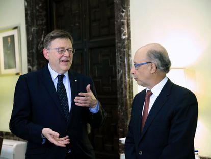 El ministro de Hacienda, Cristóbal Montoro, conversa con el presidente de la Generalitat valenciana, Ximo Puig.