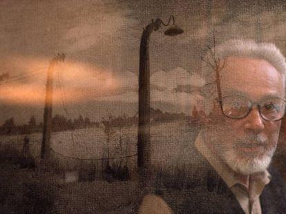 El escritor Primo Levi, retratado en su casa de Turín, al norte de Italia.