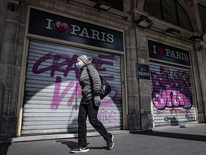 Una mujer camina frente a tiendas cerradas en París por las medidas contra la pandemia el pasado 4 de abril.