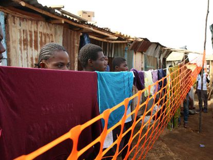 Familias en cuarentena durante la epidemia de ébola en Freetown, Sierra Leona.