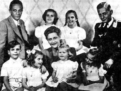 Joseph Goebbels, a la izquierda, con su esposa, Magda, y los hijos de ambos.