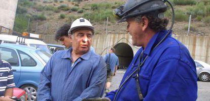El presidente de la Cámara de Comercio de León y empresario minero Manuel Lamelas Viloria (izquierda), en un rescate en 2003.