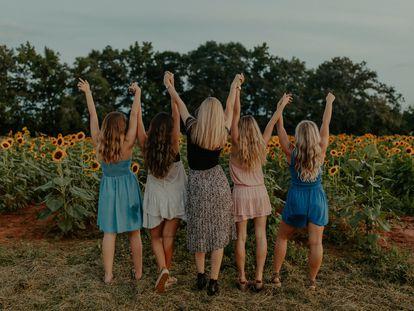 Un grupo de chicas se divierten en el campo.