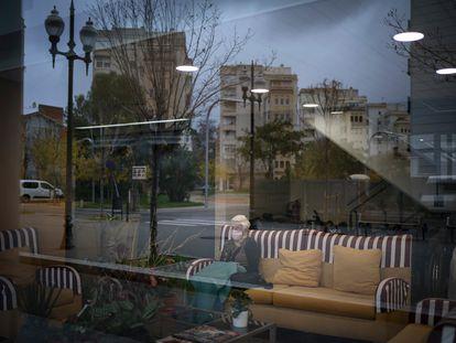Una mujer mira por la ventana en una residencia en Barcelona el pasado 18 de diciembre.