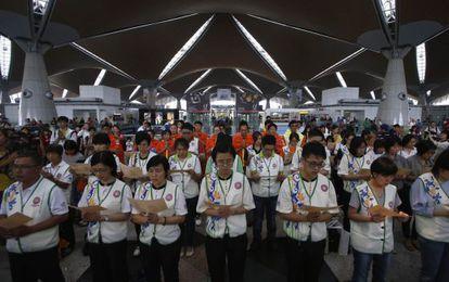 Plegaria por los desaparecidos en el aeropuerto de Kuala Lumpur.