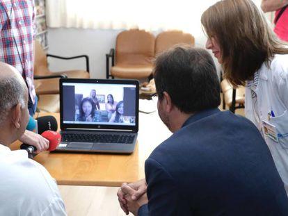 Un paciente conversa con varios familiares a través del ordenador.