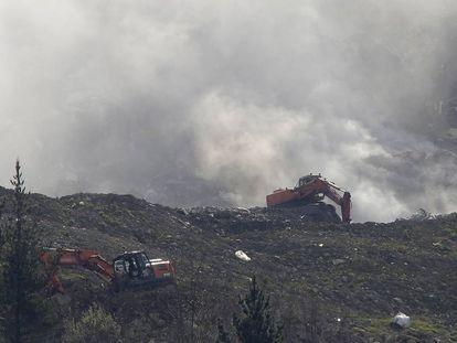 Dos máquinas trabajan en el derrumbamiento de Zaldibar este jueves.