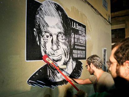 Amigos del empresario pegan carteles en la calle Aurora.
