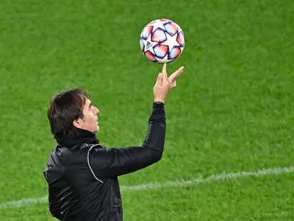 Lopetegui juega con un balón en el entrenamiento del Sevilla.