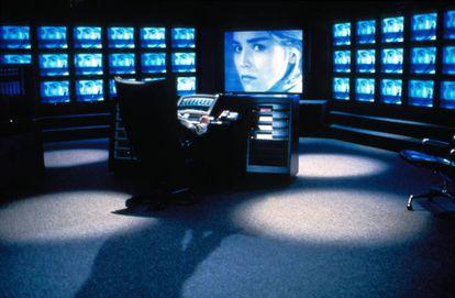 La película de 1993 'Sliver (Acosada)', basada en la novela de Ira Levin, predijo de alguna manera el entretenimiento favorito de 2020: perder el tiempo observando la vida de los demás. Solo que allí el villano no lo hacía con YouTube, sino con un intrincado sistema de cámaras ocultas instaladas en los apartamentos de un rascacielos neoyorquino.