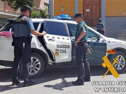 Una patrulla de la Guardia Civil en Almería, en una imagen de archivo.