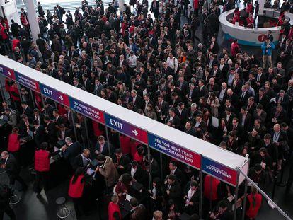 Congresistas entran al recinto de la feria del Mobile World Congress. Hospitalet de Llobregat (Barcelona)