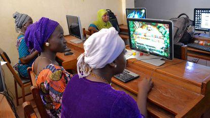 Grupo de beneficiarias del programa de empancipación de la mujer en una de las clases de informática.