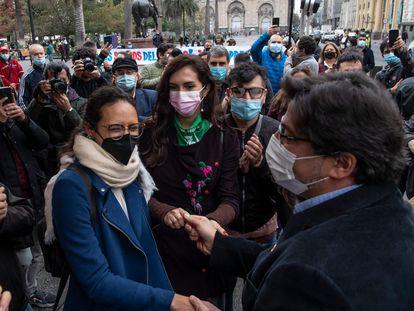 Daniel Jadue saluda a sus simpatizantes en la Plaza de Armas de Santiago, el pasado jueves.