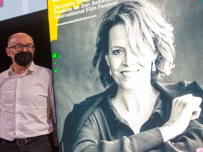 José Luis Rebordinos, director del Festival de Cine de San Sebastián, junto al cartel oficial de la 69ª edición, protagonizado por la actriz Sigourney Weaver.