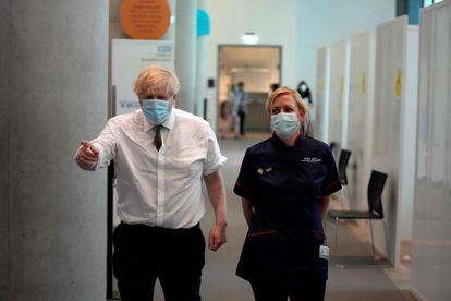 Boris Johnson, primer ministro británico (izquierda) en una clínica de vacunación de Londres, el pasado 3 de junio.