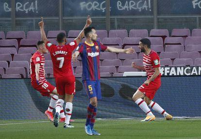 Los jugadores del Granada celebran un gol este jueves en el Camp Nou.
