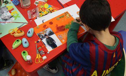 Un niño en una aula de infantil en Madrid.