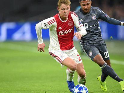 De Jong, durante un partido de esta Champions. En el vídeo, los directivos del Barça de viaje en Holanda.