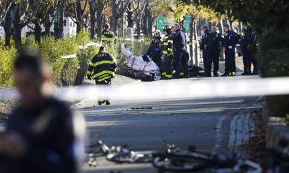 Miembros de la unidad de emergencias retiran el cuerpo de una víctima mortal del atropello del martes.