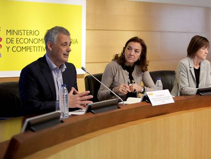De izquierda a derecha, Luis Serrano, presidente de Somma, Carmen Vela secretaria de Estado de I+D+i, y Teresa Garcia-Milà, vice-presidenta de Somma.