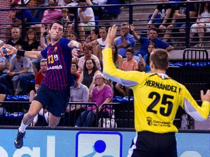 El jugador del Barça Ariño efectúa un disparo ante Hernández, el portero del Balonmano Logroño en la pasada Supercopa.
