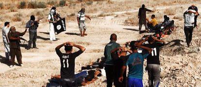 Miembros del EIIL ejecutan presuntamente a soldados iraquíes en la provincia de Saladino, en una imagen colgada en una web yihadista.