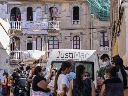Ocupantes y miembros del colectivo Construyendo Malilla, el pasado lunes en la calle de Manuel Arnau de Valencia.