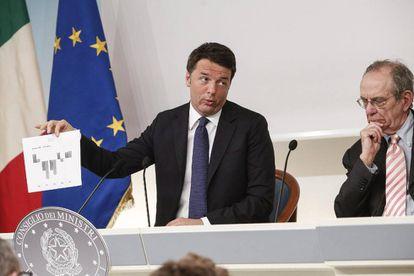 El primer ministro italiano, Matteo Renzi, y el ministro de Economía, Pier Carlo Padoan (a la derecha)