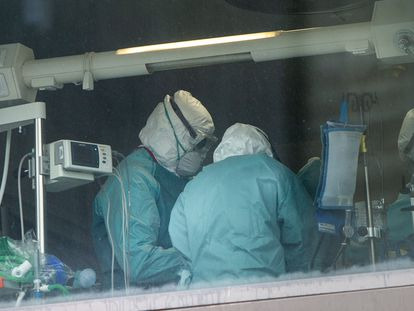Personal sanitario, en la UCI del Hospital La Paz de Madrid.