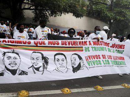 Integrantes de la Organización Fraternal Negra de Honduras se manifestaron el martes en Tegucigalpa para exigir la búsqueda de cuatro integrantes del organismo desaparecidos.