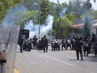 Estudiantes normalistas se enfrentaron este lunes con miembros de la Secretaría de Seguridad y Protección Ciudadana, en Tuxtla Gutiérrez.