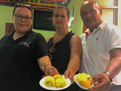 Desde la izquierda, Milagri Sanpallo, cocinera del local, Mila Barberá y Manolo Pérez, dueños del bar Las Palomas.