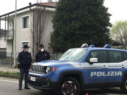 Dos policías locales, en un puesto de control en un municipio en cuarentena en la zona roja de Lombardía, el pasado 25 de febrero.