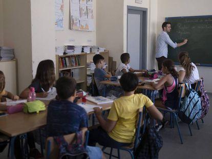 Un profesor imparte clase en un colegio en la localidad sevillana de Gelves.