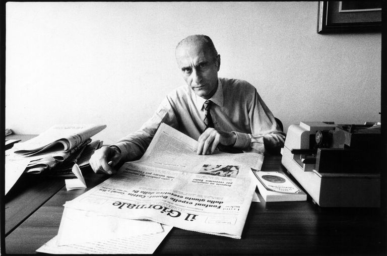 Indro Montanelli con un ejemplar de 'Il Giornale' en 1974.