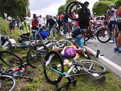 El caos posterior a la segunda caída de la etapa del sábado en el Tour de Francia.