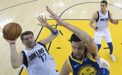 Doncic lanza ante Klay Thompson.