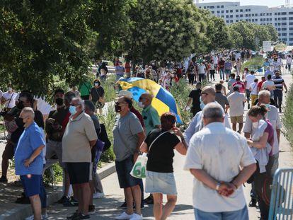 Largas colas de ciudadanos para vacunarse contra la covid en el centro de emergencias Enfermera Isabel Zendal, este viernes.