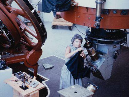 La astrónoma Vera Rubin en el telescope Flagstaff.