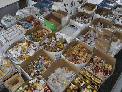 Productos almacenados en un banco de alimentos.