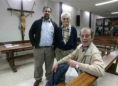 Los curas de la parroquia de San Carlos Borromeo: Javier Baeza, Pepe Díaz y Enrique de Castro.