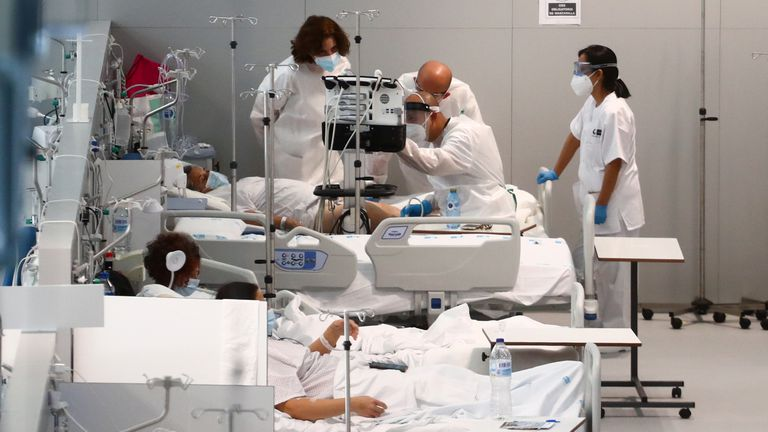 Enfermos de coronavirus, este lunes en el Isabel Zendal de Madrid.