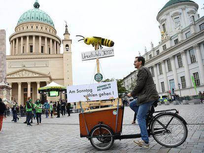 Un simpatizante de Los Verdes hace campaña el jueves en Potsdam (Alemania).