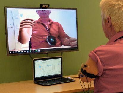 Uno de los amputados ejercita su brazo virtual.